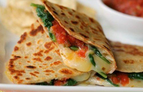 Quesadillas de espinacas, jitomate y frijoles negros. Receta fácil para el desayuno - Sweetter